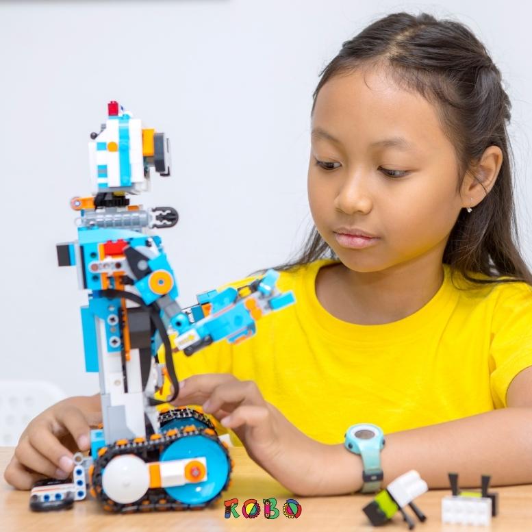 Robotik lernen ist ein wertvolles Werkzeug, das Kinder inspiriert, kreativ um die Ecke zu denken. Roboter bauen macht nicht nur Spaß, sondern fördert kognitive Fähigkeiten wie kritisches Denken und Problemlösungsfähigkeit. Nicht ohne Grund ist Robotik ein fester Bestandteil der MINT-Bildung.