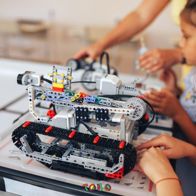 Kinder lernen am besten Robotik, in einem Robotik Kurs. Das besondere an einem Robotik Kurs ist die Lebendigkeit und kinderleichte Begreifbarkeit, mit der Kinder Roboter bauen und Programmieren lernen.