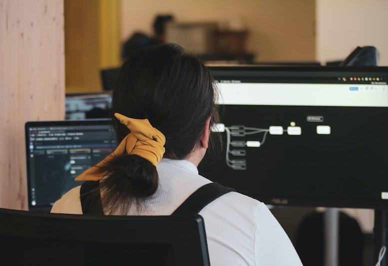 Programmieren lernen macht nicht nur spaß, sondern ist das Fundament, um eine zukünftige Innovationsführerin zu werden. Um der Unterrepräsentation von Frauen,  in den MINT-Bereichen entgegen zu wirken, ist frühzeitiges Fördern und Begeistern notwendig.